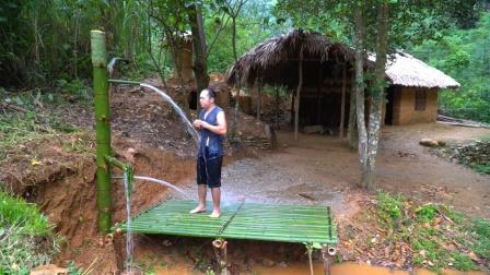 越南小哥赵晖璐,从山上引流下泉水洗澡,这淋浴系统太完美了