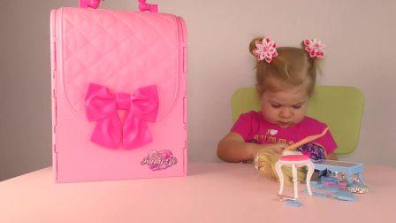 萌娃小可爱和妈妈一起玩玩具,妈妈拿的这个小箱子是什们呢