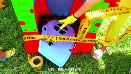 萌娃小可爱和妈妈一起把玩具小房子修理、打扫的焕然一新,萌娃:妈妈,谢谢你的帮助!