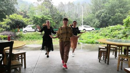 登山中下雨  农家山庄片刻 和姐妹俩同舞