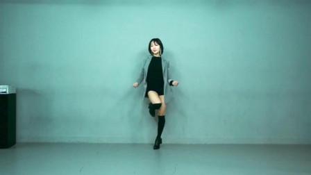 长腿的高中生, 一人在舞蹈室里, 穿黑色长筒袜子, 惹火起舞