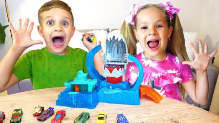 萌宝玩具故事:超炫酷!小正太跟小萝莉是怎么玩赛车轨道呢?