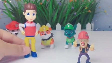 小猪佩奇玩具:佩奇和乔治扮成僵尸吓唬父母
