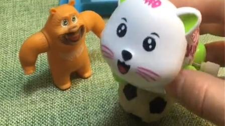 小猫咪在足球上下不来了,熊二来帮助他,终于把他救下来了!