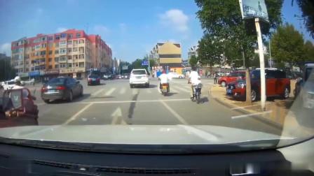 交通安全:大爷骑电动车穿梭,后方来车避让不及,差点酿成悲剧