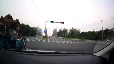 交通安全:摩托车高架桥摆出特殊姿势,网友:他是长痔疮了吗?