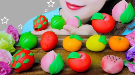 一桌子造型精美的蔬果,咬一口软糯香甜,竟是日本甜点和果子