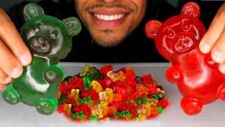 色彩缤纷的大小熊软糖,口感Q弹有嚼劲,小哥一口塞一把吃的真过瘾