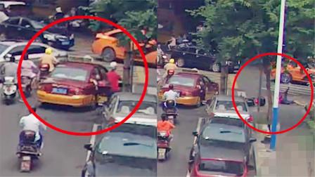 监拍:出租车后方车门突然打开 瞬间撞飞摩托车骑手