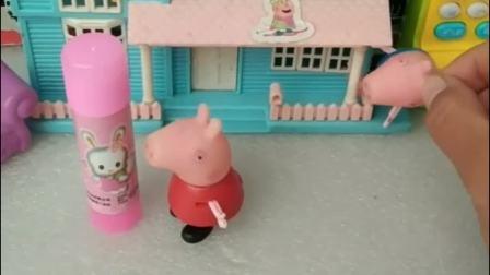 乔治抓到佩奇的把柄,把佩奇买的胶棒当成了口红,去向猪妈妈告状