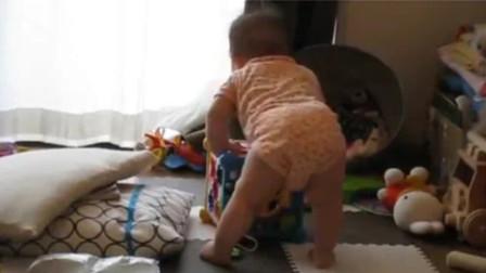9个月小宝宝突然站了起来,妈妈正兴奋看着,不料下一秒被吓得惨叫
