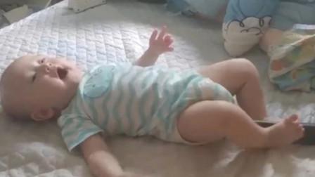 哇塞!6个月小宝宝突然大吼一声,两脚直接上演杂技表演,太牛了