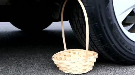 减压实验:牛人把蜡烛、玩具、装饰盒放在车轮下,好减压,勿模仿