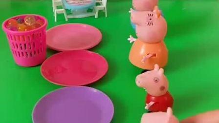 小主人给乔治一家分好吃的,乔治很想吃,乔治也太贪吃了