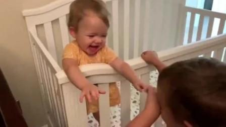 哥哥上楼叫四胞胎起床,没想到一打开门,四个娃看到哥哥瞬间乐坏