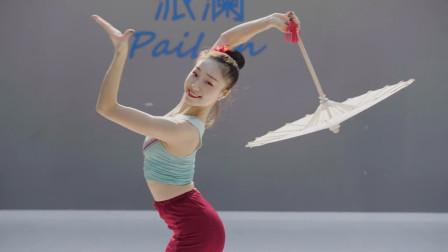 曲目宛转悠扬,如水一样灵动的傣族伞舞,感受傣族独特的风情之美