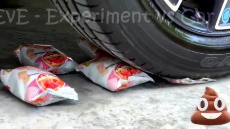 减压实验:牛人把苹果、灯泡、虾条放在车轮下,好减压,勿模仿