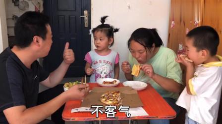 儿子受伤,农村老爸买披萨给孩子尝鲜,一家人吃的心满意足