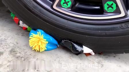 减压实验:牛人把塑料瓶、鸡蛋、小珠子放在车轮下,好减压,勿模仿