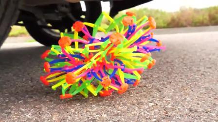 减压实验:牛人把玩具、减压球等放在车轮下,好减压,勿模仿
