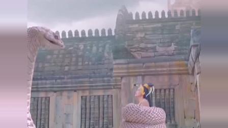 蛇吻:蛇王遭爱人狠心抛弃,心生愤怒诅咒小三将跟她一样变为异类!