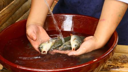 农村小伙自制一根小鱼竿,去池塘钓几条鲤鱼,炸着吃真酥脆