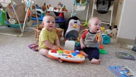 双胞胎突然发现爸爸回来了,高兴的边乐边向爸爸爬,那画面太暖了