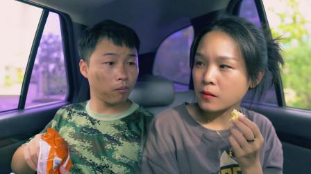 农民工在车上啃方便面,美女见状伸手索要,咋回事呢?