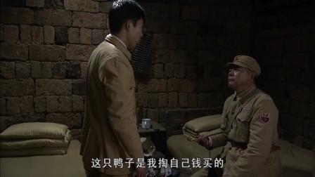 冷箭:男子躲在宿舍偷吃烤鸭,不料被老班长逮个正着,满嘴是油