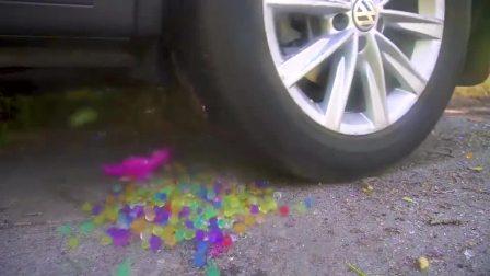 减压实验:牛人把玩具、棒棒糖、洗洁精放在车轮下,好减压,勿模仿