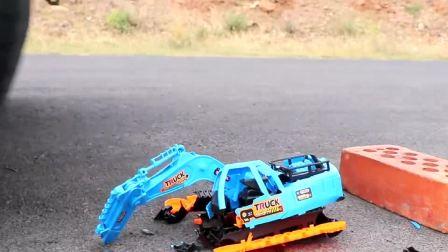 减压实验:牛人把玩具、水宝宝、减压球放在车轮下,好减压,勿模仿