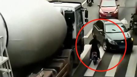 电动车女子见缝插针阎王爷选择了她监控拍下生前最后一刻