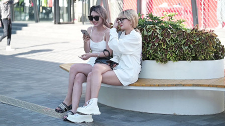 穿连衣裙的姑娘,都喜欢搭配高跟鞋,但是她却搭配一双拖鞋来逛街