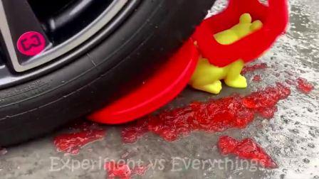减压实验:牛人把减压球、玩具、碗放在车轮下,好减压,勿模仿