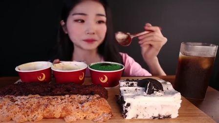 吃播小姐姐吃提拉米苏蛋糕杯和奶油奥利奥冰盒蛋糕,看着就食欲满满!