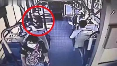 在郑州,男子在公交车上吃枣进食太快卡到嗓子,脸色苍白...被公交车司机这一做法及时解救!!