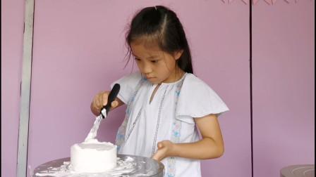 萌娃学做蛋糕,边抹奶油边偷吃,好奇怎么样做才能顺利抹平奶油?