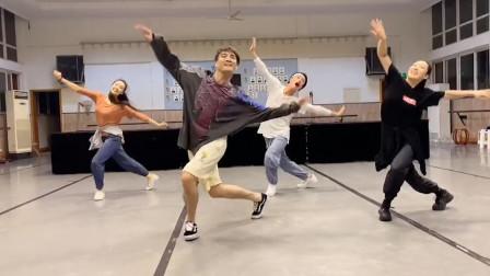 刘福洋编舞的广场舞,跳得帅气洒脱,弹琴的动作太帅了!