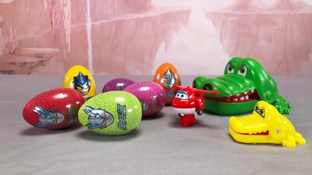 玩具柜子:小鳄鱼和乐迪一起拆第三代奥特曼奇趣蛋