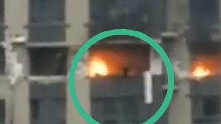 哈尔滨一高层住宅高区住户着火 男子跳楼逃生瞬间曝光