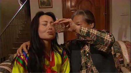 老头子逼迫美女喝不明液体,行为举止立马变反常!