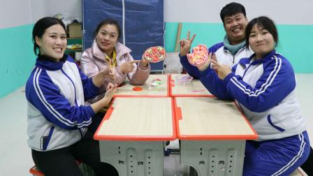 学霸王小九校园剧:老师和同学们组队PK做披萨,没想做成培根披萨和水果披萨,无硼砂