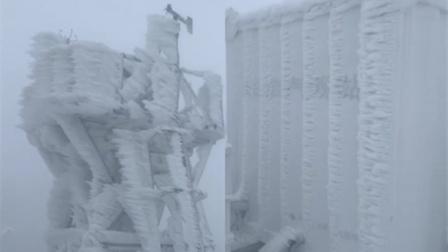 冰雪奇缘!天池气象站冰雪被吹成风的形状