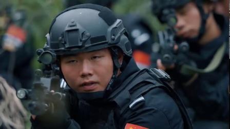 劫匪开枪示警,洪毅让艾佳狙杀劫匪,可他们把霍得当挡箭牌