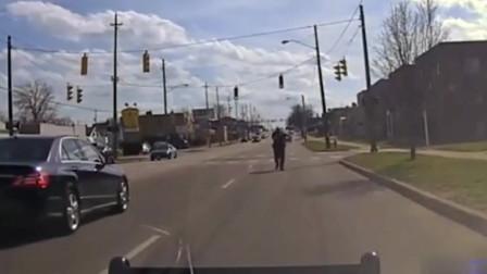 美国疫情期间,实拍警察抓捕醉驾人员,司机开车把警察带飞!