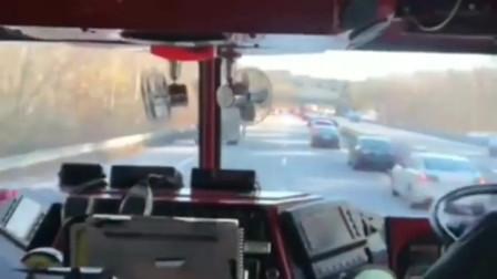 美国疫情期间导致火灾频繁发生,消防车出动,所有车辆竟这般操作让路!