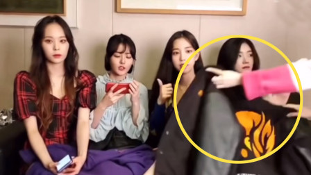 """韩国女团直播不想""""露腿"""",刚想盖上衣服,当场就被扇巴掌!"""