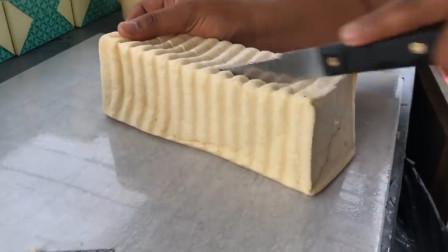 小伙为创新定制海绵蛋糕做三明治,10块1份,食客:酥酥软软的!