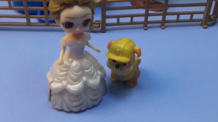 王后不让贝尔在童话王国养小狗狗,可小狗狗生贝尔的气啦,贝尔真不容易