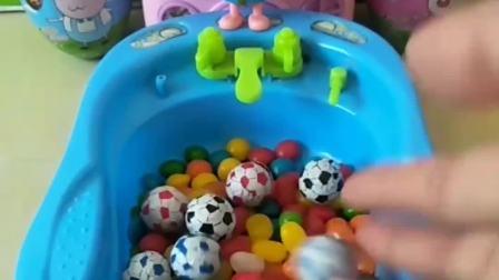 小猪一家来洗澡了,水里面都是糖果,这也太棒了!